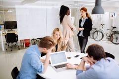 以一团队工作在办公室的设计师 免版税库存照片