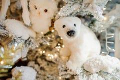 以一头白色北极熊的形式软的圣诞树装饰玩具 图库摄影