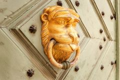 以一头金黄狮子的形式通道门环 图库摄影
