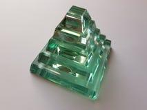以一座金字塔的形式水晶图在半透明的绿色水彩 库存照片