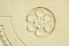以一朵花的形式浅浮雕在一个圆的框架 免版税库存图片