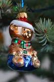 以一条狗的形式圣诞节玩具在圣诞老人帽子 库存图片