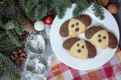 以一条狗的形式曲奇饼在圣诞节桌上 新年的标志2018年 库存照片