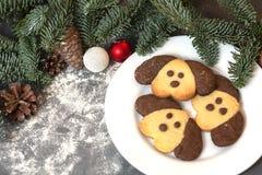 以一条狗的形式曲奇饼在圣诞节桌上 新年的标志2018年 免版税库存照片