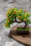 以一棵树的形式人造花在桌上 库存图片