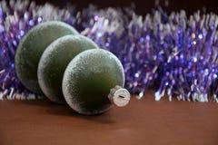 以一棵树的形式新年玻璃圣诞树装饰在紫色背景 免版税库存照片