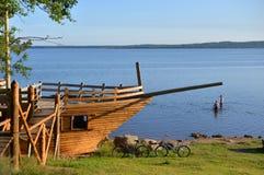 以一艘帆船的形式亭子在湖海岸  图库摄影