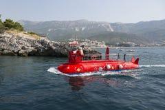 以一艘潜水艇的形式游船在离布德瓦的附近海岸  免版税库存照片