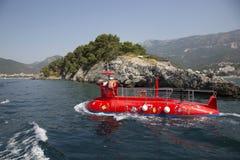 以一艘潜水艇的形式游船在离布德瓦的附近海岸  库存图片