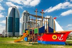 以一艘船的形式儿童` s操场反对backgr 库存照片