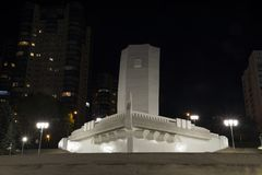 以一艘船的形式纪念碑有在伏尔加河堤防的一个白色风帆的在翼果俄罗斯的晚上 库存图片