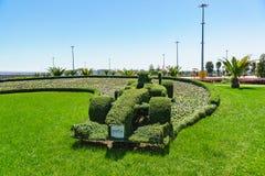 以一辆赛车的形式黄杨木潜叶虫修剪的花园在南部的城市的奥林匹克公园 免版税库存图片