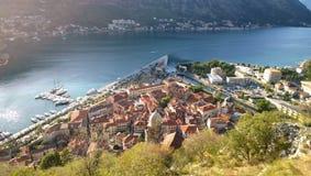 以三角和科托尔的形式老镇的小游艇船坞视图,在黑山 库存图片