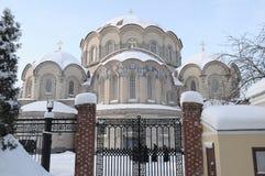 以上帝, Novodevichy女修道院的母亲的喀山象的名义老教会在圣彼德堡 免版税库存图片