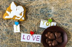 以丘比特的形式曲奇饼 我爱你 巧克力心脏 平的位置 免版税库存照片