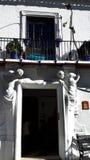 以两个mals形象为特色的米哈斯博物馆华丽门道入口在是其中一个西班牙的最可爱的白色摩尔人村庄的米哈斯 库存图片