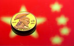以中国旗子为背景的硬币Bitcoin,真正金钱,特写镜头的概念 背景黑色概念概念性费用房主房子图象挣的货币表示 免版税库存图片