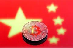 以中国旗子为背景的硬币Bitcoin, conce 免版税库存图片