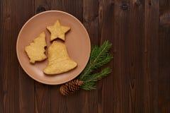 以云杉的形式自创曲奇饼,星,在桃红色p的响铃 库存图片