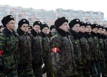 以亚历山大・涅夫斯基命名的莫斯科军校学生学校的军校学生为11月7日的游行做准备在红场 库存图片