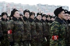 以亚历山大・涅夫斯基命名的莫斯科军校学生学校的军校学生为11月7日的游行做准备在红场 库存照片