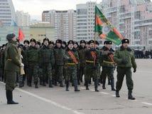 以亚历山大・涅夫斯基命名的莫斯科军校学生学校的军校学生为11月7日的游行做准备在红场 免版税库存图片