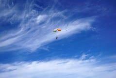 以伟大的分类为背景的Lighty颜色纵排降伞 免版税库存照片