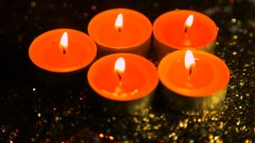 以光泽为背景的被点燃的蜡烛在退化 股票视频