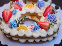 以八的形式自创蛋糕 免版税库存图片