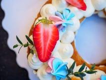 以八的形式自创蛋糕 免版税图库摄影