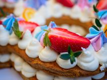 以八的形式自创蛋糕 免版税库存照片