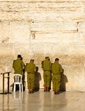 以军的战士祈祷在西部墙壁在耶路撒冷 免版税库存照片
