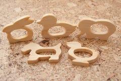 以动物的形式,一个木手工制造玩具是长牙齿的啮齿目动物在婴孩 图库摄影