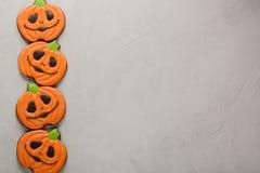 以南瓜的形式自创姜曲奇饼为万圣夜 在更轻的具体背景 与拷贝空间的顶视图 免版税库存图片
