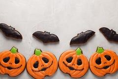 以南瓜的形式自创姜曲奇饼和棒在万圣夜 在更轻的具体背景 与拷贝温泉的顶视图 图库摄影