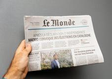 以卡塔龙尼亚公民投票为特色的e Monde法国报纸 免版税库存图片
