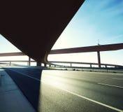 以后的跨线桥去的高速公路  免版税库存照片