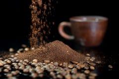 以咖啡豆为背景的速溶咖啡 免版税库存图片
