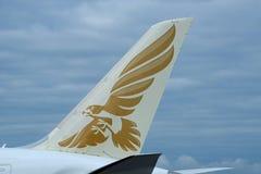 以商标为特色的海湾航空公司第一条波音787-9尾巴 免版税库存照片