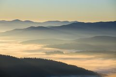 以喀尔巴阡山脉为背景的日出在夏天 乌克兰 图库摄影