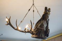 以圣徒人的形式枝形吊灯在古老老城堡里面 图库摄影