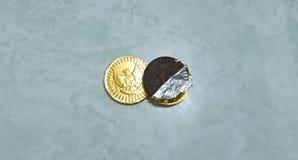 以在印度尼西亚货币卢比包裹的巧克力的形式儿童的食物 库存图片