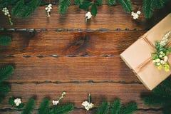 以在木棕色背景的一个框架的形式圣诞节礼物,杉木锥体,冷杉分支 中看不中用的物品蓝色圣诞节构成玻璃 库存照片