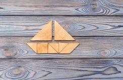 以在木背景的一条小船的形式困惑 免版税库存照片