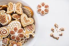 以复活节兔子、心脏、蝴蝶和花的形式姜饼曲奇饼,盖用白色和巧克力结冰糖 免版税库存图片