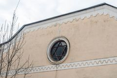 以大卫王之星的窗口犹太教堂的形式 免版税库存照片