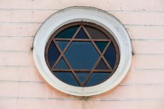 以大卫王之星的窗口犹太教堂的形式 免版税库存图片