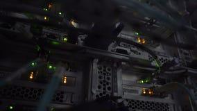 以太网连接插孔 眨眼睛在一间黑暗的服务器屋子,以太网电缆特写镜头视图点燃架线对路由器4K 股票视频