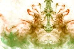 以头的形式,模糊的照片灰色烟,突出了以在白色背景的绿色,上升,它弄糟  免版税图库摄影