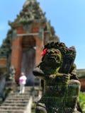 以寺庙为特色的美丽的普遍的印度庭院游览著名木参观balineses指南平安的地方风景被雕刻的门 库存图片